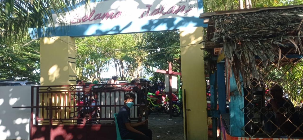 Petugas wisata di pintu masuk pantai Losari
