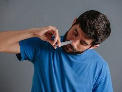 Cegah Paparan Bakteri dan Virus dengan Mencuci Hidung Pakai Larutan NaCl, Begini Caranya