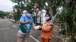 Ketua BMR Forum Hijau, saat membagikan makanan gratis.