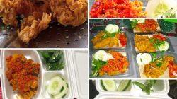 Ayam geprek dan aneka gorengan yang dijual secara online oleh Novita Bakung.